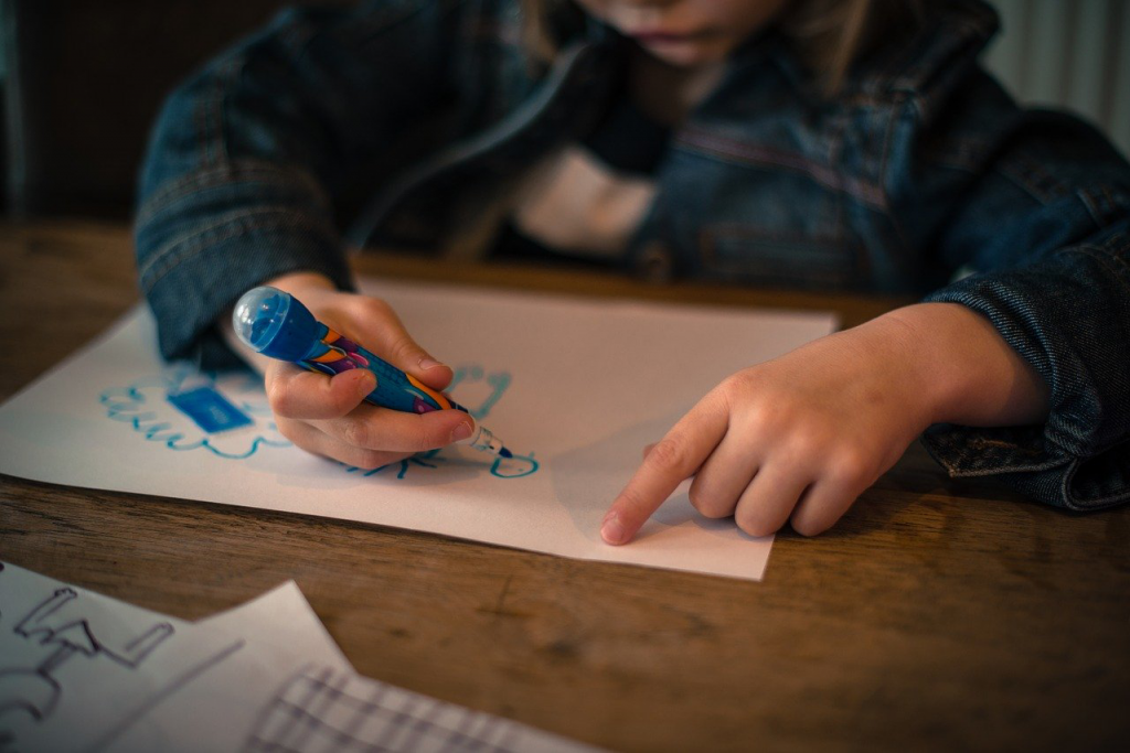 Child drawing a photo.